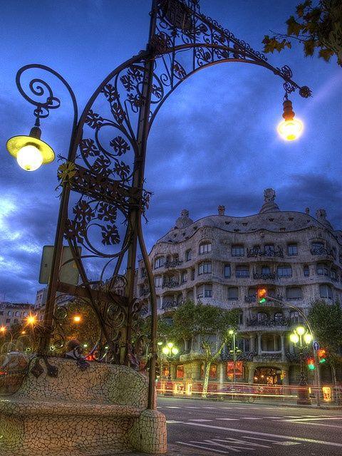 Dit is Casa Milà, gebouwd in de Jugendstil stijl. Het is een appartementengebouw, boven de 1e parkeergarage van Barcelona. In het gebouw bevindt zich onder anderen een museum.