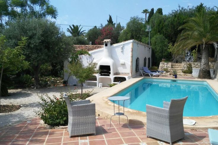 w Calpe, ES. Our enchanting villa, with its incredible garden, swiming pool and barbecue, is at 15 mns walk from beaches and a watersports club, Les Basetes, where you will be able to realize nautical activities such as windsurf, catamaran, diving, etc. The ma...
