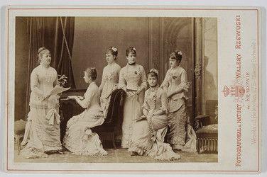Rzewuski, Walery (1837-1888) [Grupa sześciu kobiet] -      Czartoryska, Zofia.     Łubieńska, Helena     Brunicka, Maria     Szembekowa, Maria     Lisicka, Anna     Micewska.
