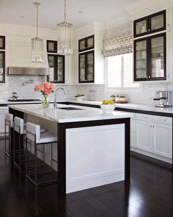 Gluckstein Home: Contemporary white and black kitchen design with floor to ceiling kitchen cabinets ...
