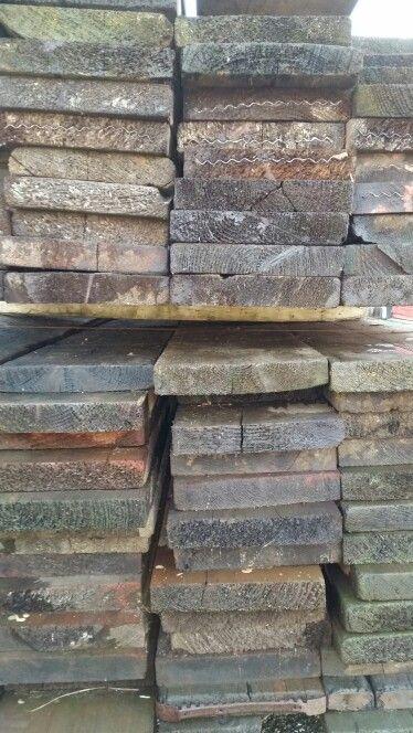 Tafels gemaakt van oud hout.