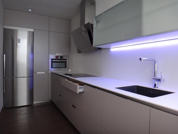 Cocina minos de santos en color gris arena con armarios for Muebles de cocina hasta el techo