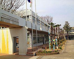 加藤学園暁秀初等学校(ぎょうしゅう)(槇総合計画事務所)(静岡県沼津市、1972年)は、学習センターを中心として、オープンクラスルーム(16m×16m)と特別教室を中庭を介して配置している。