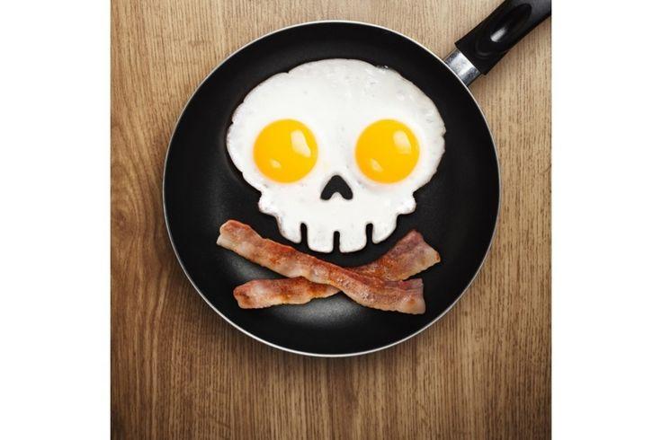 Doodshoofd vorm: Verras iedereen tijdens Halloween of een griezelpartijtje en bak eieren of pannenkoeken in de vorm van een… #gadget #cadeau