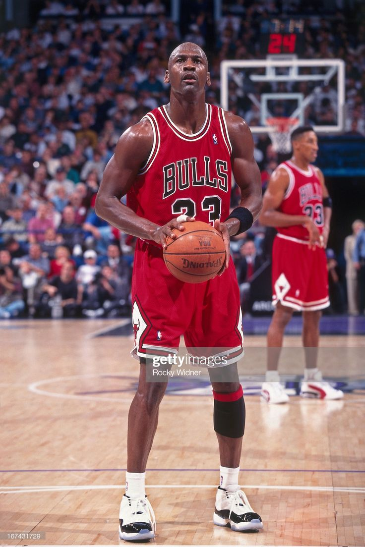 Fotografia de notícias : Michael Jordan of the Chicago Bulls shoots a foul...