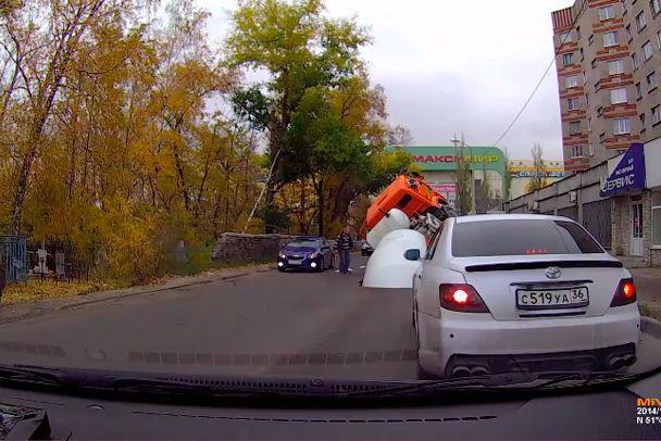 Câmera flagra caminhão betoneira sendo engolido por buraco na Rússia - http://metropolitanafm.uol.com.br/novidades/entretenimento/camera-flagra-caminhao-betoneira-sendo-engolido-por-buraco-na-russia