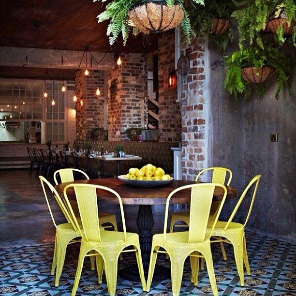 #интерьер #кафе #экстерьер #цвет #стиль #желтый #теплый #огни #камень #стены #дизайн #декор #стулья #стол #фрукты #плитка #дизайнер
