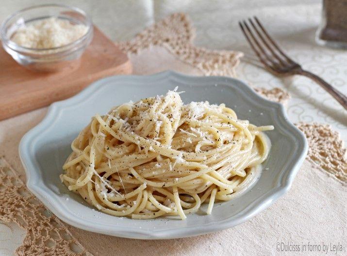 Direttamente dalla tradizione romana, gli Spaghetti cacio e pepe. Solo 3 ingredienti, per un primo piatto davvero straordinario.