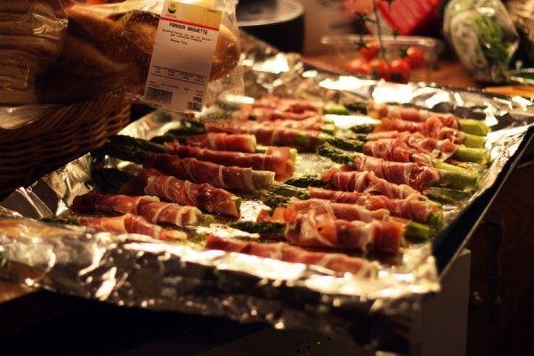 Du trenger (7-8 personer): 2 bunter asparges 1 pakke spekeskinke Olje Salt og pepper  - Surr spekeskinke rundt aspargesen, legg dette på bakepapir i langpanne. Når alle aspargesene ligger spredt utover, hell på litt olje på hver av aspargesene og krydre dem med salt og pepper. Sett inn i ovnen på 225 grader i ca 15 – 20 min. Da blir aspargesen kokt og skinken blir salt og sprø!