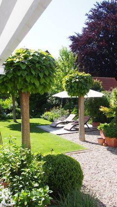 Klare Linien und Kies im Garten,  sehr gemütlich und aufgeräumt