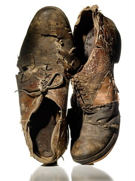 """"""" Moi, mes souliers ont beaucoup voyagé, ils m'ont conduit de l'école à la guerre. """" ( Felix Leclerc ) / Battered old shoes"""
