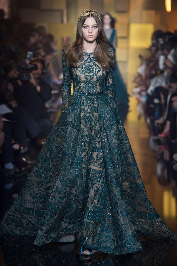 Коллекция ELIE SAAB Fall 2015 Haute Couture. Эта коллекция просто влюбила в себя! Женственность, легкость, воздушность! Благородные цвета, струящиеся ткани и удлиненный силуэт. Вышивка бисером и паетками, но утонченная и не агрессивная. Сочетание прозрачной невесомой ткани и жесткой фактуры бисера. Силуэт платьев и линии вышивки повторяют и подчеркивают красоту женской фигуры.