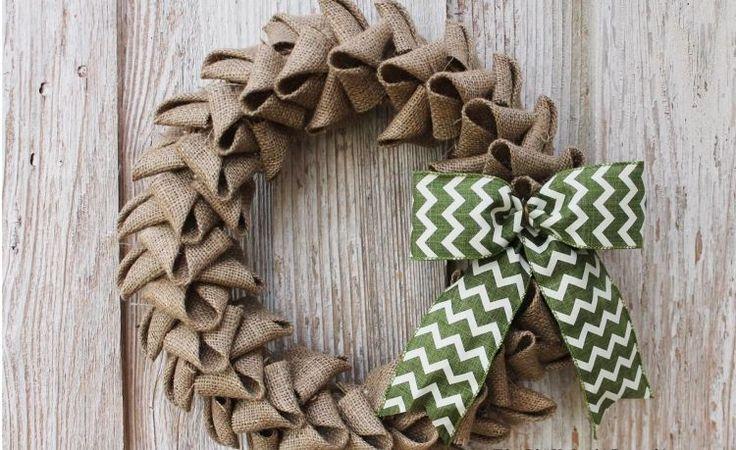 couronne de Noël en toile jute avec noeud à motif chevron                                                                                                                                                                                 Plus