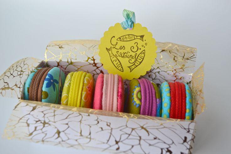 Oui comment faire des macarons ? Mais des macarons en tissus ;-) Macarons comme chez le pâtissier Quand j'ai voulu me lancer dans la création de ces adorables petites boites, j'ai bien sûr chercher des tutoriels. Alors pourquoi en faire un à mon tour...