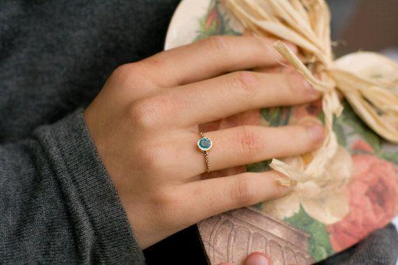 Fiançailles d'apatite magnifique bague en or 14 k, bleu bague de pierres précieuses.  Cette bague est fabriqué à la main en or 14 k. Bague délicate pour elle avec petit coeur secret dans le dos est parfait comme bague de fiançailles ou bague d'anniversaire.  PIERRE CENTRALE :  apatite-naturel, extrait de terre Pierre forme : ronde coupe : brillant  DIMENSIONS APPROXIMATIVES DE LANNEAU :  Pierre centrale avec réglage: 6,4 mm matière: or jaune 14k taille: la bague est disponible dans VOTRE…