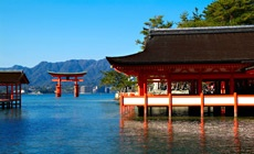 "World Heritage ""Itsukushima Jinja"".  Hiroshima,Japan / 日本三景の一つ安芸の宮島にある。世界遺産。朱塗りの大鳥居や寝殿造りの社殿と海とのコントラストが素晴らしい。背後の弥山も古くから山岳信仰のご神体。今年は大河ドラマ「平清盛」でも話題に。"