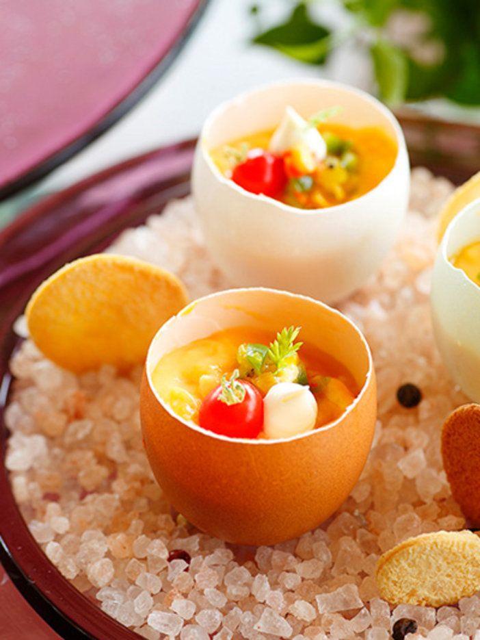 卵の殻を利用してつくるフランス流のスクランブルエッグ。小さく刻んだカラフル野菜とサワークリームを添えてまるでケーキのような仕上がりに。|『ELLE a table』はおしゃれで簡単なレシピが満載!