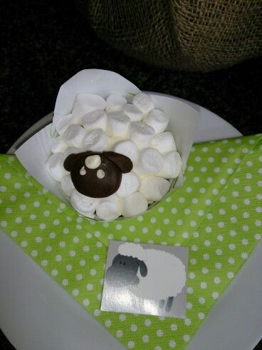 Sheep cupcake made with mini marshmallows an fondant icing