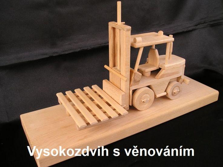 Paletový vysokozdvižný vozík. Dárek ze dřeva
