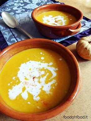 La crema di zucca è una deliziosa vellutata autunnale. Aromatizzata con zenzero e cocco, ci riscalderà le giornate uggiose.