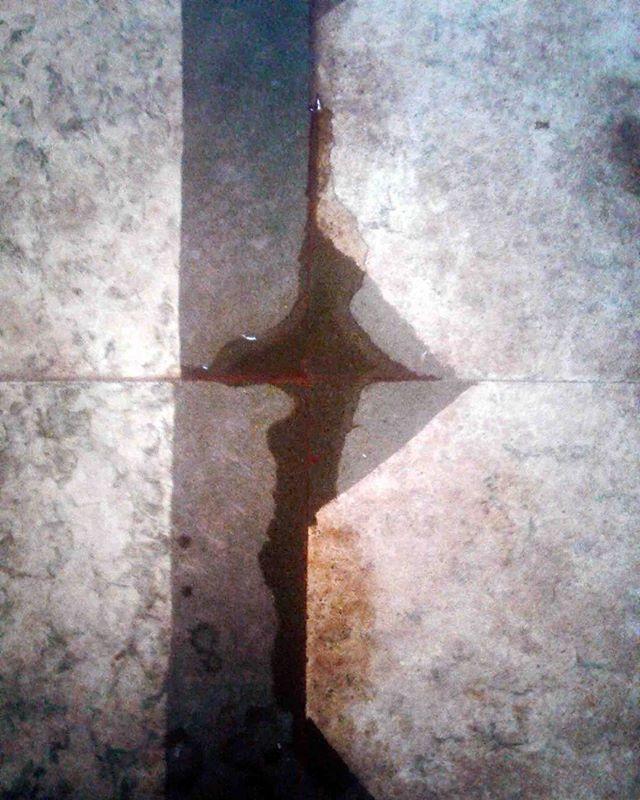 Día 1. Introducción Una simple mancha en el piso puede ser una obra de arte, una obra de arte nunca sera una simple mancha en el piso. /// Day 1. Introduction A simple stain on the floor can be a piece of art, a piece of art will never be a simple stain on the floor.  #art #noart #stain #ahundreddayschallange  #100dch #atuq