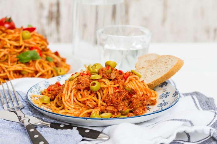 Recept voor spaghetti alla puttanesca voor 4 personen. Met zout, olijfolie, peper, tonijn uit blik, ansjovis, groene olijven, spaghetti (pasta), knoflook, gezeefde tomaten, citroen, rode peper en kaneel