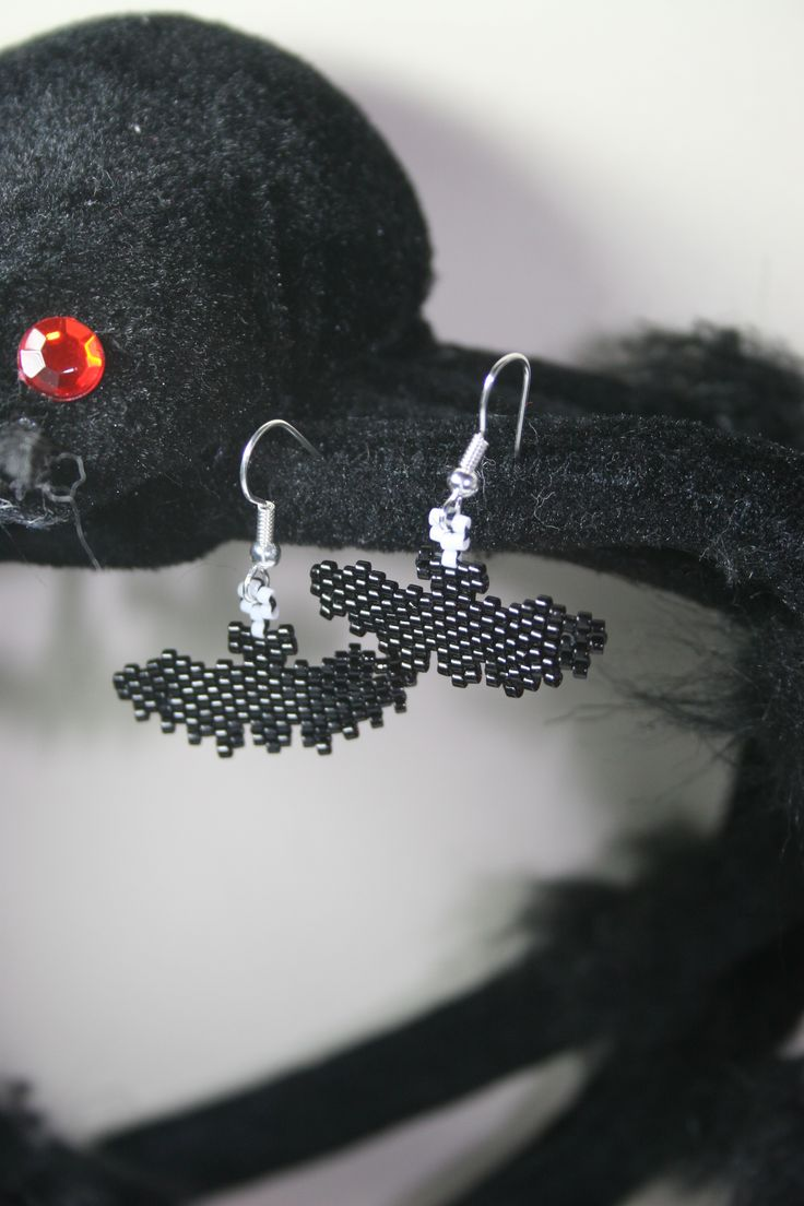 Bat earrings for Halloween  www.facebook.com/Supposejewellery  (pattern by threadabead.com)