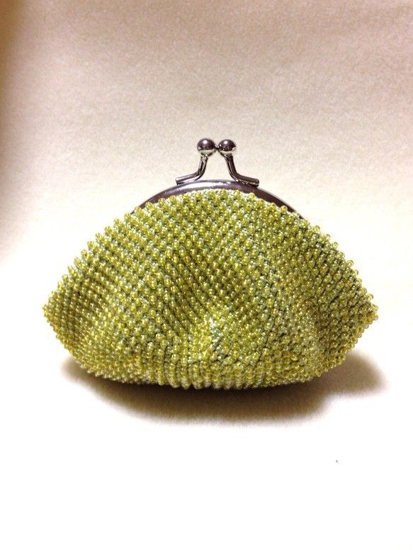 レース糸に丸小ビーズを通し編みこんだがまぐちです。がまぐちはテグスでしっかりと縫い取り付けてあります。ビーズは半透明な黄色、レース糸は黄緑色です。口金サイズ ...|ハンドメイド、手作り、手仕事品の通販・販売・購入ならCreema。