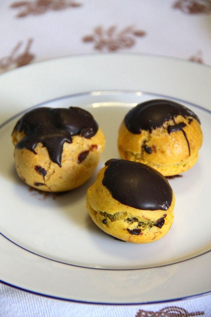 Bignè ripieni di mousse gianduia, ricoperti di glassa al cioccolato
