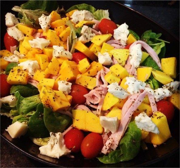 Salada com peito de peru, gorgonzola e manga