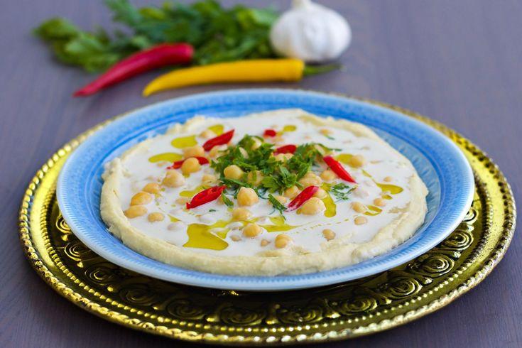 Fredagsmys på mitt vis! Jag älskar att servera en smarrig röra med grönsaksstavar och bröd. Nyttigt, gott och superfräscht! Alla röror nedan kan du även servera till grillat eller som tillbehör tillmaten och recepten är veganska. Välj din favoritdippa och servera det med ett härligt fat fyllt med grönsaker. Du hittar Zeinas Kitchen på Instagram HÄR! och Facebook HÄR! Perfekt hummus som är len och krämig- recept HÄR! Muhammara är en pepprigvalnötsröra- receptHÄR! Baba ganoush är en god…