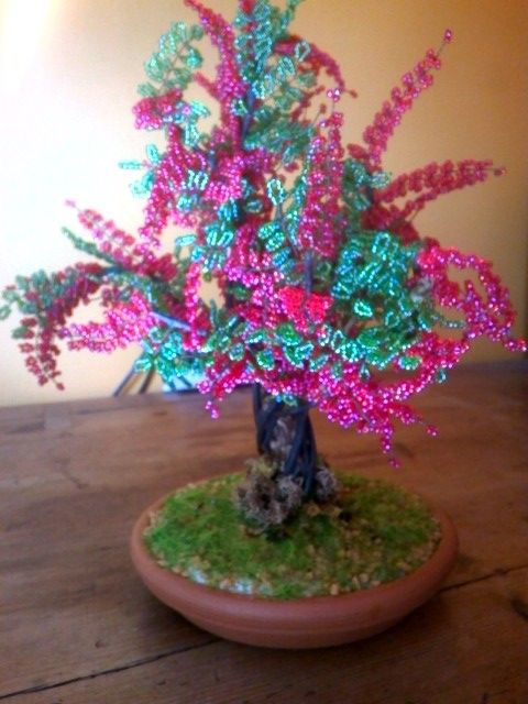 Bonsai di perline rosse e verdi  in vaso di coccio
