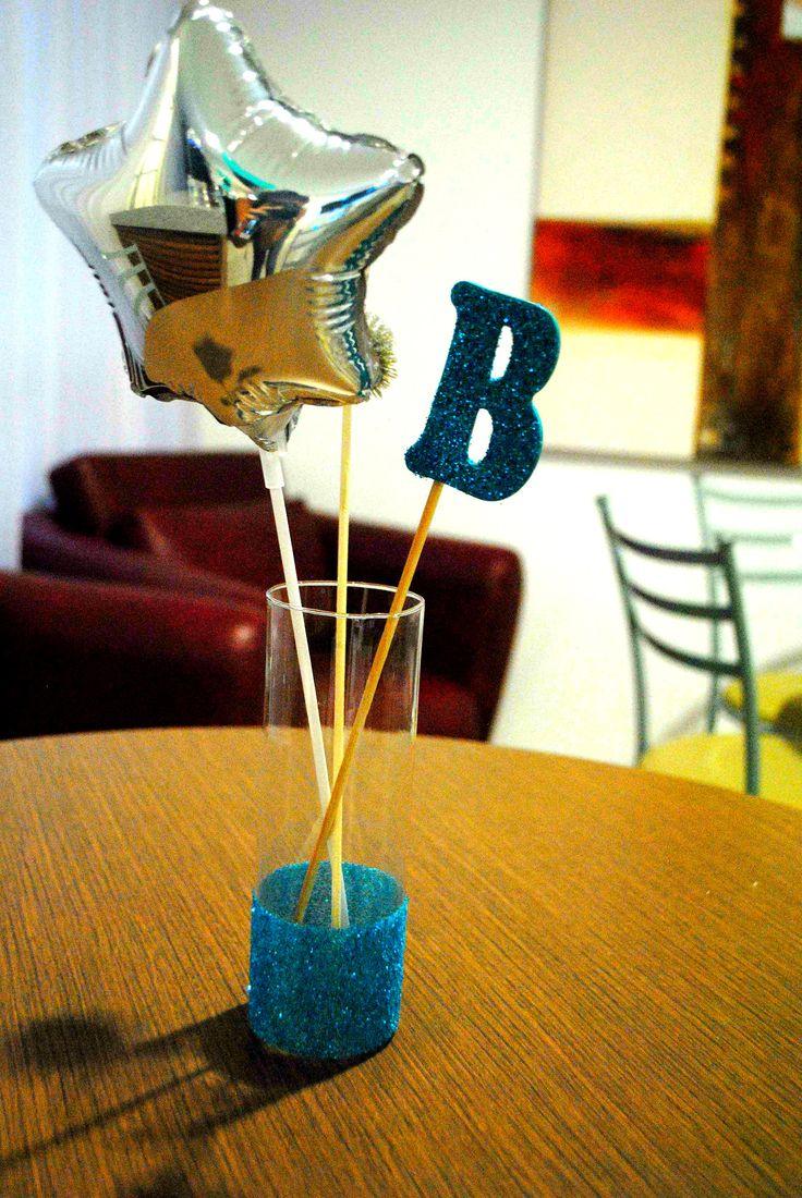 Os centros de mesa da festa balada para menino de 10 anos receberam um balão metalizado de estrela e a letra inicial do aniversariante com muito glitter. festa teen.