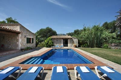This single storey villa provides a holiday home in a rural location not far from the old town of Pollensa while the beaches in Port Pollensa and Cala San Vicente are within a few minutes drive. <br /> <br /> Approaching from the front covered terrace, the large oak studded door opens directly into the spacious living toom with two sofas and satellite TV plus a DVD player.<br /> <br /> A large fitted rustic style kitchen with dishwasher, microwave, electric oven, gas hob and a…