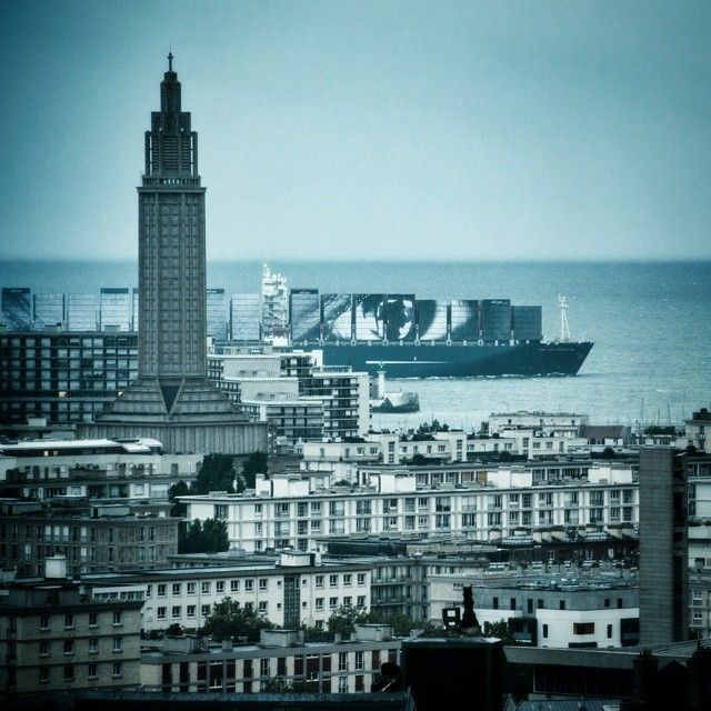 Collage de l'artiste JR sur des conteneurs. Port du Havre.