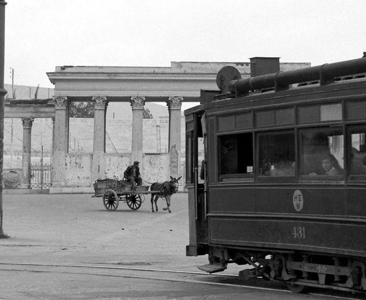 1949, Αθήνα...έξω απ το Παναθηναικό Στάδιο..αρμονική συνύπαρξη μέσων μαζικής και... ατομικής μεταφοράς !!!!  φωτο Δημ. Χαρισιάδης