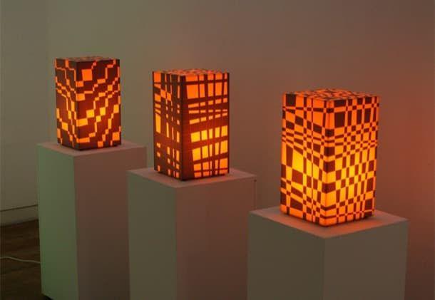 Peel Off: lámparas que se pueden personalizar. El artista Sehwan Oh creó las lámparas personalizables Peel Off. Es un modelo de sobremesa, hecho con material acrílico y elementos opacos adhesivos. El usuario puede despegar aquellas áreas que considere oportunas, con el fin de conseguir un modelo de lámpara completamente personalizado. También existe una versión para colgar.  #Iluminación