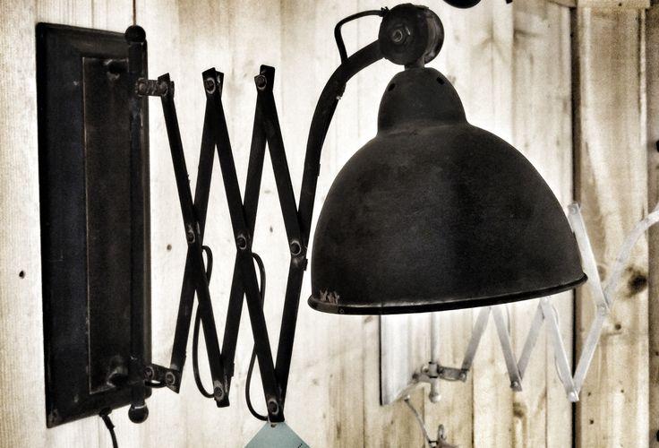 industriële schaarlamp antraciet. Verkrijgbaar bij Eigentyds