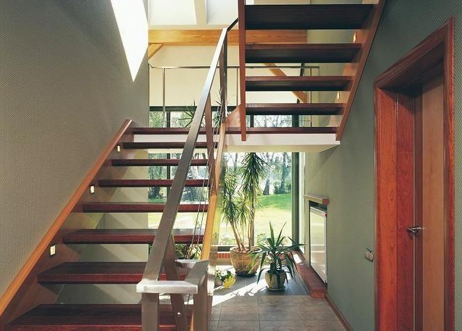 Schody łączące parter domu z poddaszem. Na co zwrócić uwagę?