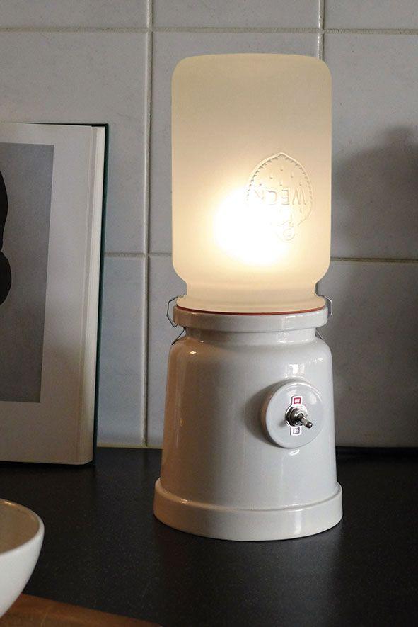 MECK lamp keramiek van Kranen/Gille voor Cor Unum. Industrieel keramiek in combinatie met antieke weckpot. Te koop bij Gimmii http://www.gimmii.nl/shop/kranen-gille/meck-lamp/ #Dutchdesign #verlichting