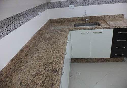 Granito amarello fondo verde por metro lineal cocina for Precio metro lineal encimera granito nacional