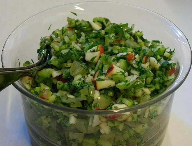 Sprød salat med bladselleri, æble, vindruer og persille - en slags mager Waldorf salat