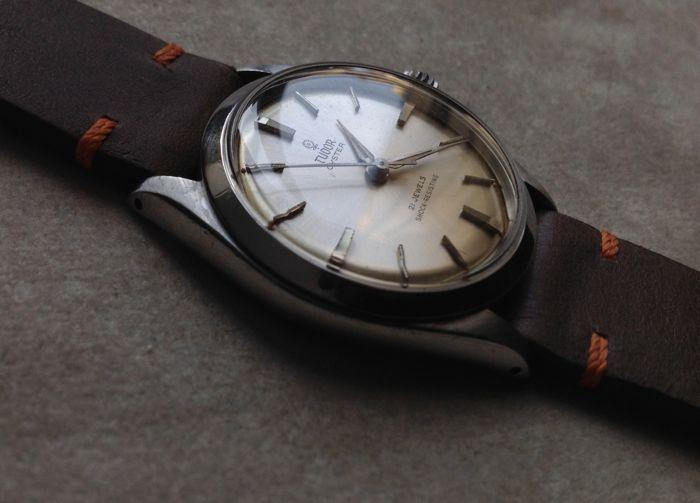 Tudor door Rolex - Oyster 'Rosellina' verwijzing 7934 jaar 1963 - spectaculaire voorwaarde!  Door Rolex Tudor model 'Rosellina' jaar 1963 in buitengewone staat van bewaringRef. No. 7934 gegraveerd op het geval om 12 uurSeriële No. 422156Case diameter: 34 mm (excl. kroon)Originele stalen Oyster geval en zaak terug door RolexSchroef-down kroon met Rolex logoHand-wond mechanisch uurwerk kaliber ETA 1156 op 21 juwelen net onderhoudenHandgemaakte Rios 1931 leerriem nieuwe nooit gedragen met…