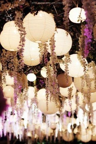 """Étant photographe, je rencontre souvent de futurs mariés en pleine  préparation et réflexion pour leur jour-J. L'une des questions qui revient  le plus généralement est: """"Comment vais-je faire pour habiller mes  plafonds?"""". Un article inspiration s'impose! 1) Les pompons et lanternes  chinoises : En papier, en voile ou en laine, ils sont à présent connus de  tous. Malgré tout, ils restent les n°1 de la décoration de plafonds. Pour  moderniser les pompons et les rendre un peu plus…"""