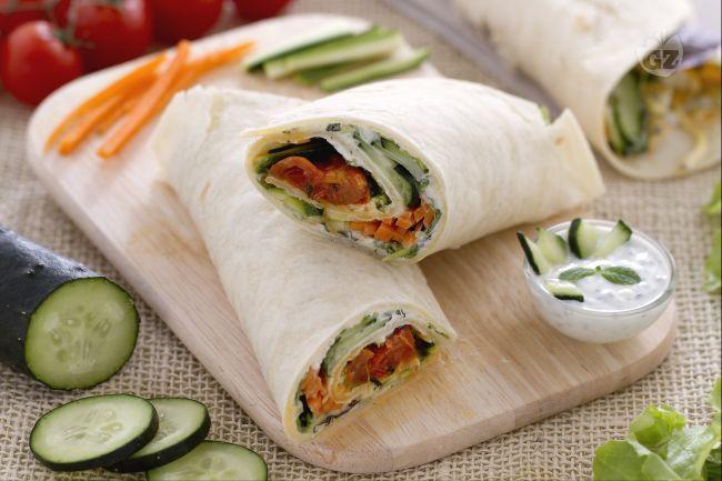 I veggie wrap sono deliziosi rotoli di piadine vegetariani con feta, misticanza, carote, zucchine fresche e la salsa tzatziki allo yogurt e cetrioli