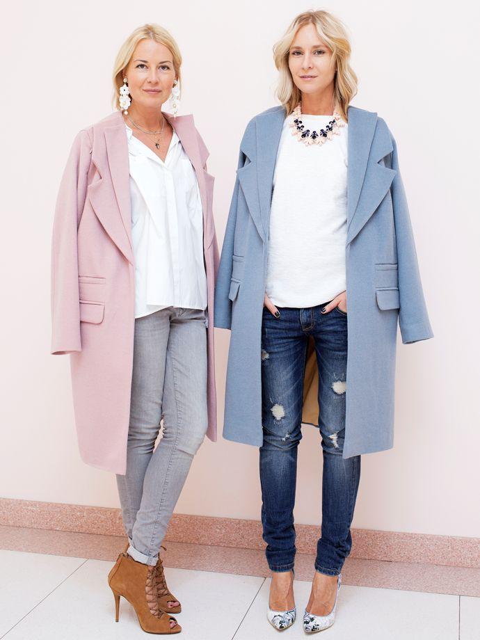 pastel pink and blue coats vaqueros, jersey blanco, collar y tacones estampados ...mmmh