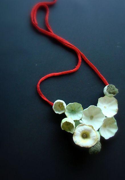 Gioielli di carta con fiori e tessuto verde e rosso. Eco jewelry  paper necklace, statement jewelry, bib necklace. Paper jewels, eco design  by Alessandra Fabre Repetto.