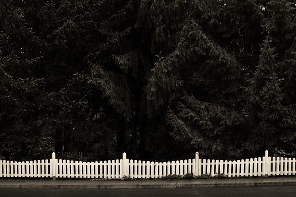 Picket Fence, Beloeil, Quebec, Photo by Richard Guimond ©2015 20150511 4101 (4) Camera:Canon EOS 40D Focal Length:55 mm Shutter Speed:1/125 sec Aperture:f/6.7 ISO:400