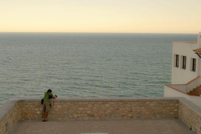 Título: Foto al mar Lugar: Castillo de Peñiscola Autor: Juanillo Valiente Texto: Observando el mar ...