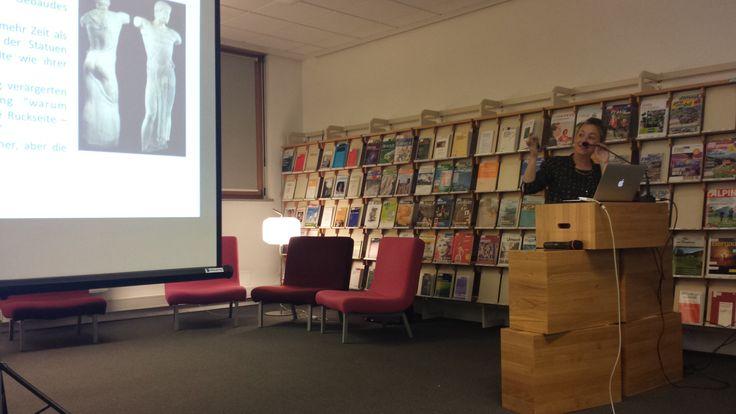 """conferenza serale dal tema """"evento sportivo o sportainment?"""" Qui sto cercando nella bellezza un modello per il management. Bolzano, Biblioteca Tessmann, 9 ottobre 2014."""